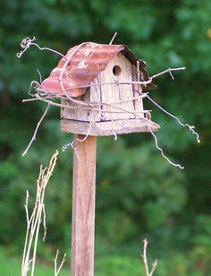 Rustic birdhouse - where the poor birds live Diy Jardin, Birdhouse Designs, Old Barn Wood, Bird Boxes, Fairy Houses, Bird Cage, Yard Art, Bird Feathers, Beautiful Birds