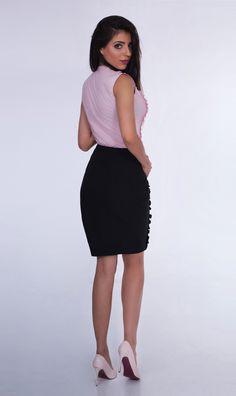 21010bed82 Ołówkowa spódnica z falbanką w zestawieniu z górą w odważnym kolorze  stworzy romantyczny look na randkę