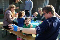Blauwe klompjes, blauwe tuinhuisjes... En blauwe vrijwilligers! De kinderen in de knutselhoek zijn in de meerderheid en weten iedereen te overmeesteren.