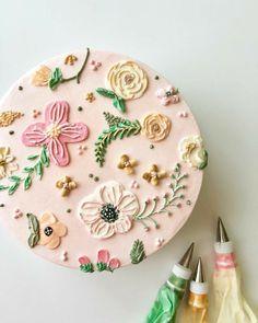 Pretty Birthday Cakes, Pretty Cakes, Beautiful Cakes, Cake Birthday, Bolo Floral, Floral Cake, Cupcakes, Cupcake Cakes, Simple Cake Designs