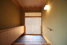 玄関ドアは木製の引き戸で、木の質感が上品な玄関になっています