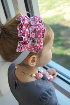 headband hairstyles Pink and gray triple ruffle headband. Headband Hairstyles, Diy Hairstyles, Pretty Hairstyles, Headbands For Short Hair, Baby Headbands, Fabric Flower Headbands, Baby Couture, Creation Couture, Bridal Hair Pins