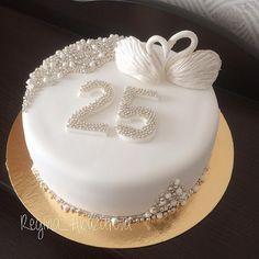 Ещё сегодня был вот такой нежный торт на серебряную свадьбу 💎 #тортнасеребрянуюсвадьбу Diamond Wedding Anniversary Cake, Ruby Wedding Cake, 25 Anniversary Cake, Summer Wedding Cakes, Unique Wedding Cakes, Bling Wedding, Beautiful Cakes, Amazing Cakes, White Flower Cake Shoppe