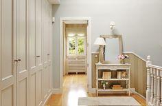 Distribuidor con consola, armario empotrado, arrimadero y pintado (350492)