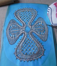 Werk in uitvoering Bobbin Lace, Turquoise Necklace, Projects To Try, Lace, Green, Crosses, Teal Necklace, Bobbin Lacemaking