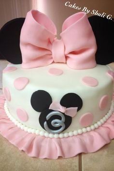 Black, white, pink, and polka dots! Minnie Mouse is a popular party theme especially for little ones turning one. I've rounded up some amazing Minnie Mouse Cakes inspiration for your Minnie Mouse party. Minni Mouse Cake, Bolo Da Minnie Mouse, Mickey And Minnie Cake, Minnie Mouse Birthday Cakes, Minnie Mouse Theme, Mickey Cakes, Cake Birthday, Mickey Birthday, Birthday Ideas