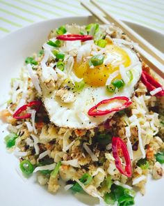 Fast food doesn't have to be bad food. This is a fun version of an Indonesian classic, bringing a little… Cauliflower Recipes, Veggie Recipes, Low Carb Recipes, New Recipes, Vegetarian Recipes, Dinner Recipes, Healthy Recipes, Nasi Goreng, How To Eat Paleo