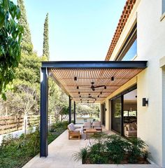 Provence villa with a modern twist - Provence villa with a modern twist Best Picture For Pergola exteriores For Your Taste You are loo - Pergola With Roof, Pergola Patio, Pergola Plans, Pergola Kits, Corner Pergola, Pergola Cover, Patio Roof, Pergola Ideas, Patio Ideas