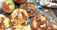 Finns det något godare än nybakade bullar? Med äpplen och kardemumma blir de ännu godare och saftigare. Detta recept är helt fantastiskt. Läge för bullfest! Land, Fika, Shrimp, Cake Recipes, Meat, Food Cakes, Cakes, Easy Cake Recipes, Kuchen