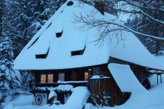 Verschneites Haus im Schwarzwald