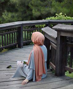 We are all confused b/w ego and self-respect but there is big difference between them is lea to Ek cheez (self-respect) ka Deen Mai bar bar hukam hai or Ek cheez (ego) ko Haram iqrar dea. Arab Girls Hijab, Muslim Girls, Hijab Style, Hijab Chic, Stylish Girl Images, Stylish Girl Pic, Beau Hijab, Hijab Cartoon, Islamic Girl