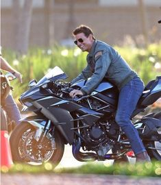 Tom Cruise, Looks Half His Age as He Straddles a Motorcycle for Top Gun: Maverick Motorcycle Design, Motorcycle Bike, Futuristic Motorcycle, Tom Cruise Hot, Tmax Yamaha, Ducati, Estilo Cafe Racer, Kawasaki Motorcycles, Triumph Motorcycles