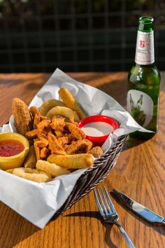 COMBO PLATE - jalepone peppers, mozzarella stick, onion rings, chicken basket, potatoes #starter #food
