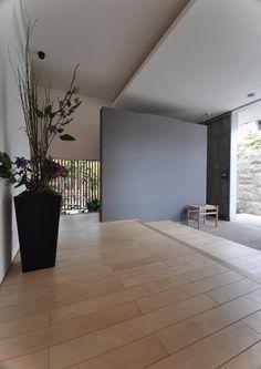 カバザクラ 無垢フローリング 施工例 Muji Style, Japanese Style House, Solid Wood Flooring, Natural Interior, Japanese Interior, House Entrance, House Prices, Modern House Design, Luxury Living