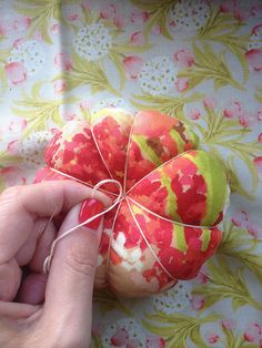 Tutorial: Pin cushion tute by ImAGingerMonkey Diy Cushion, Cushions To Make, Techniques Couture, Sewing Class, Sewing Lessons, Passementerie, Sewing Pillows, Sewing Accessories, Sewing Notions