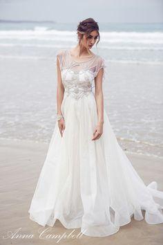 robes de mariée : robe longue avec dentelles par Anna Campbell