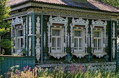 [RUSSIA.GOLDENRING 26.152] 'Explosion of woodcarving.'  Some of Russia's izba's (traditional houses) are so lavishly decorated with woodcarvings that it hurts the eye, as here in Petrovskoje village, 20 km south of Rostov-Veliky. Photo Mick Palarczyk.