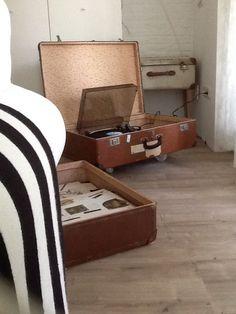 Oude koffers, voor de pick up en de LPs En makkelijk weer op te bergen!!