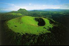 Le puy de Côme, chaîne des volcans d'Auvergne, Puy-de-Dôme, France © Yann Arthus-Bertrand