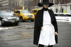 Cabeça feita: chapéus, gorros e até capacetes são hit pelas ruas na NYFW - Vogue | Streetstyle