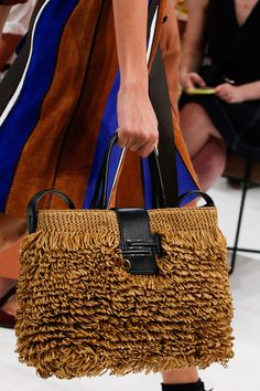 Tod's Spring 2019 Ready-to-Wear Fashion Show Tod's Spring 2019 Ready-to-Wear Collection - Vogue New Fashion Clothes, Fashion Bags, Fashion Wear, Fasion, Sac Tods, Elle Fashion, Milan Fashion, Latest Bags, Mode Blog