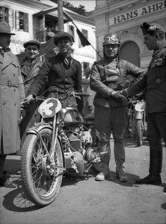 Strassenrennen in der Hinterbruehl: Rudi Hunger #3 auf AJS 350ccm gratuliert ein Oberst der Heimwehr zu seinem Sieg! Urheber : Arthur Fenzlau ,Technisches Museum Wien