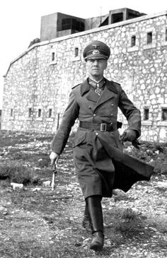 Erwin Rommel surprise he wasn't a Nazi. Not every soldier in Germany during the war was a Nazi. On the other hand the SS was a different story. Ww2 Uniforms, German Uniforms, German Soldiers Ww2, German Army, World History, World War Ii, Rue Des Archives, Erwin Rommel, Field Marshal