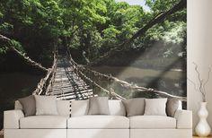 Pont en bois et liane suspendu au dessus de la rivière. Trek à Bali.