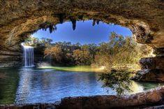 米テキサス州のオースティンには、数千年前、地下水脈の通る洞窟が侵食で崩壊してできた半地下湖、ハミルトンプールがある。ドーム状の洞窟の中の池をめがけ、高さ14mから流れ落ちる滝はまさに神秘。神々しいその美しさは必見である。