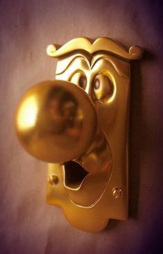 Alice in Wonderland door knob.. if i ever have a little girl she will have this :D