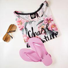 Summer vibes with this t-shirt from #catwalkjunkie and #pink #hawaiianas check mueller-das-schuhhaus.de  #caseadventures #tgif #summervibes #summer #sunshine #fashion #instainspiration #instafashion #fashionpost #flipflops #flowers #needthisinmyliferightnow #summeressentials #newin #shoelover #tropical #wewantsummer #36grad #details #weekend #happyweekend