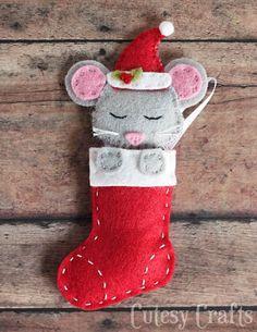 Sock DIY Christmas Ornaments Felt mouse Christmas ornaments with a free pattern!Felt mouse Christmas ornaments with a free pattern! Felt Christmas Decorations, Christmas Ornaments To Make, Christmas Sewing, Diy Christmas Gifts, Christmas Projects, Handmade Christmas, Holiday Crafts, Christmas Stocking, Felt Ornaments Patterns