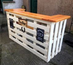 In this picture you can see a wooden pallet bar that will make with a wooden pallets which looks very beautiful as you can see in this picture and also you can make it even more beautiful by paining it with different colors.