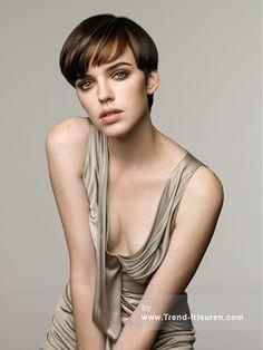 Revlon Professional Braun weiblich Kurze Gerade Farbige Seite Junge Frauen Haarschnitt Frisuren hairstyles