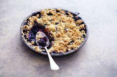 5 augustus - Blauwe bessen in de bonus - Warm fruit onder een krokant dakje, superlekker! Recept - Blauwe bessen-appelcrumble - Allerhande