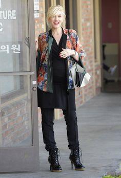 Gwen Stefani: Street Style Queen of the Holidays? Gwen Stefani still looks ultra fashionable even when pregnant Gwen Stefani Mode, Gwen Stefani And Blake, Gwen Stefani Style, Celebrity Maternity Style, Maternity Fashion, Celebrity Style, Celebrity News, Vanity Fair, Hollaback Girl