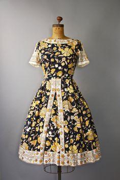 Absoluut prachtig jaren 1950 zwart zacht geborsteld katoenen jurk met donkere bloemen print, gesmoord taille, grote centrum pallethoezen volledige
