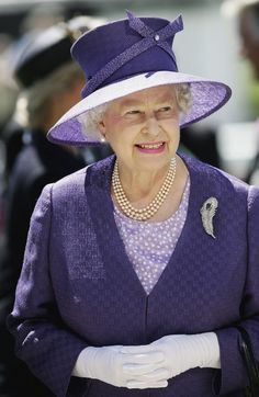 of June Queen Elizabeth ll attends The Epsom Derby Elizabeth Philip, Queen Elizabeth Ii, Royal Queen, Queen Mary, Over 50 Womens Fashion, Fashion Tips For Women, Her Majesty The Queen, Queen Of England, Queen Dress