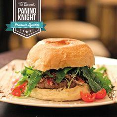 The Knight   Hamburger di #Chianina (200 gr.), speck d'anatra stagionato, rucola, aceto balsamico, parmigiano a scaglie, olio evo dop e buccia d'arancia grattugiata.  Ci è venuta fame solo a descriverlo!