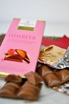 Fast als wäre schon Frühling – feinstes Niederegger mit fruchtigen Himbeerstückchen und zarter Vollmilchschokolade.