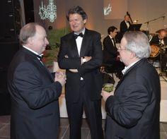 Von links nach rechts: Hans Rauscher, ehemaliger KURIER-Chefredakteur und langjähriger Kolumnist im Gespräch mit Helmut Brandstätter (Chefredakteur, Herausgeber) und Chef vom Dienst Herbert Gartner.(Foto: KURIER/Jeff Mangione)