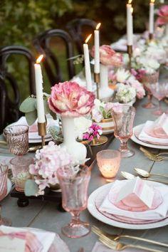 Tafel met verse bloemen in pink!