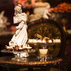 """Detalhe na mesa de doces de chá de panela com tema """"Maria Antonieta"""""""
