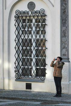 Proporcje zgłębiania prawdy. Osoba fotografująca w wirydarzu lubelskiego klasztoru, fot. Justyna Karpińska #dominikanie #konkurs #4poryroku #lublin