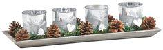 Die 4 Windlichter mit passender Platte bilden zusammen die ideale Weihnachtsdeko! So schaffen Sie im Handumdrehen eine zauberhafte Atmosphäre im Wohnzimmer oder im Esszimmer. Die satinierten Gläser mit chicen Verzierungen harmonieren perfekt mit der Platte aus gebeiztem Holz. Tipp: Auch als Geschenkidee sind die Windlichter ideal geeignet!