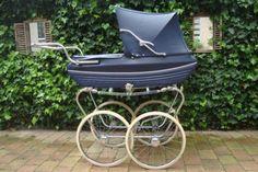 Prachtige ouderwetse kinderwagen, donkerblauw, van Riemersma