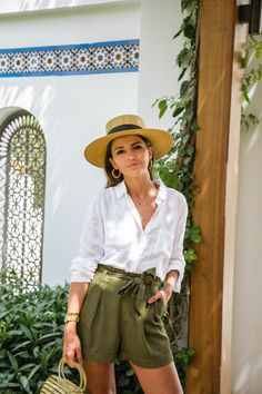 Olive green waist tie pants paired with a classic white button down and wide brimmed hat. Perfect for the tropics. Safari Outfit Women, Zoo Outfit, Safari Outfits, Cuba Outfit, Jungle Outfit, Safari Clothes, Moda Safari, Safari Chic, Look Fashion