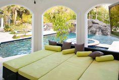 Decorar una sala de relax, junto a la piscina.