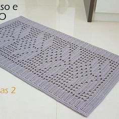 Arquivo PDFcom o seguinte passo a passo: Tapete simples flores e folhas 2 Gráfico. Não deixede ler o texto abaixo para que tenha certeza do que está adqu[...] Crochet Carpet, Crochet Home, Knitting Machine Patterns, Crochet Patterns, Filet Crochet, Knit Crochet, Yarn Crafts, Diy And Crafts, Knit Rug