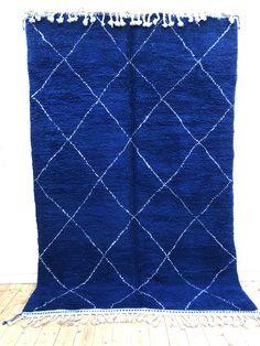 Très joli et grand tapis berber  marocain Beni Ouarain bleu intense à losanges blancs   #beniouarain #tapisbleu #tapisberbere #berber #berberrug #moroccandecor #moroccanrug #beniouarainbleu